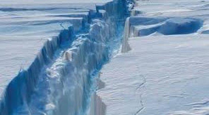 Антарктида раскололась: 40-километровая трещина может расшириться