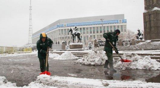 ВАлматы привлекли дополнительную спецтехнику для расчистки дорог из-за снегопада