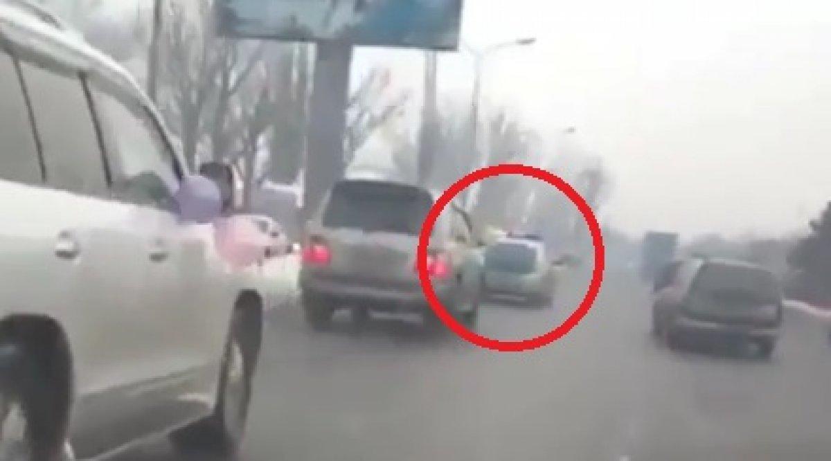 Две девушки ехали в авто и снимали мужиков фото 718-248
