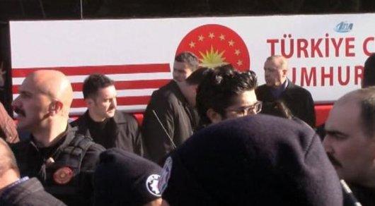 Работник охраны Эрдогана попал под автобус президентского кортежа