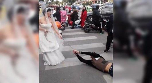Невеста протащила прогулявшего свадьбу жениха поулице вцепях