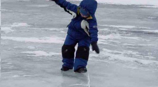 Провалившегося под лед ребенка отыскали через три дня вСемее