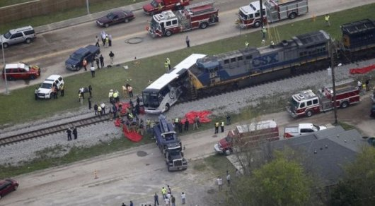 Необычное ДТП: Поезд врезался в автобус в США, множество жертв