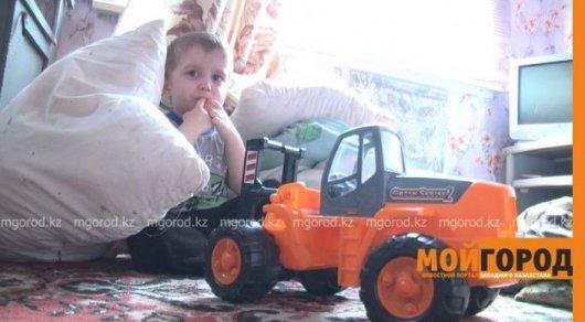 В Уральске мальчика, которого пыталась зарезать мать, передали отцу
