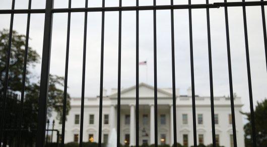 Женщина застряла наограждении, пытаясь пробраться натерриторию Белого дома