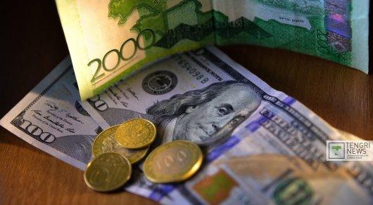Тенге укрепился к доллару вслед за рублем