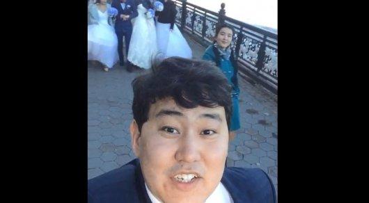 В Казнете появилось видео мужчины с тремя невестами