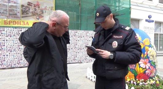 Известного ведущего задержали в центре Москвы в необычном костюме