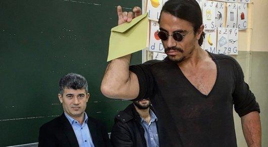 Турецкий повар-мачо проголосовал своим фирменным жестом на референдуме
