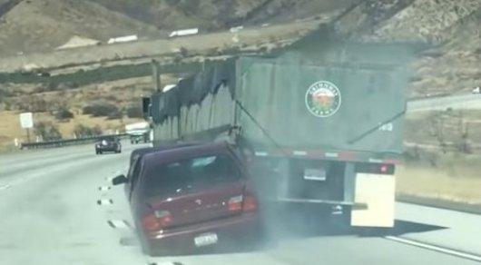 В Калифорнии водитель грузовика не заметил, как протащил легковушку по шоссе