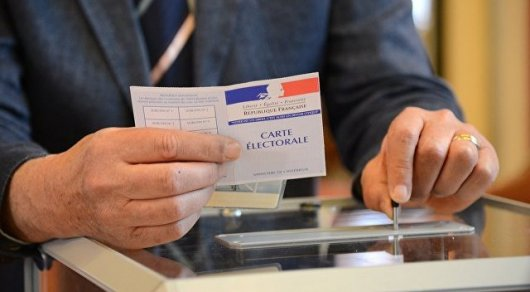 Во второй тур французских выборов прошли два кандидата с диаметрально противоположными взглядами - СМИ