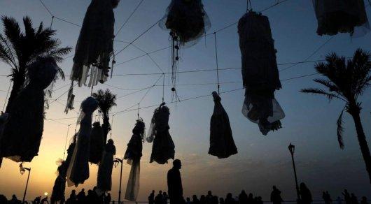 Ливанские женщины завесили набережную Бейрута свадебными платьями