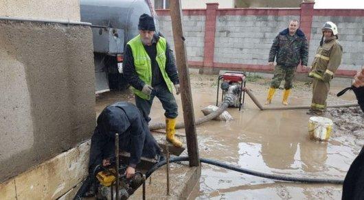 Нацгвардия и пограничники помогают алматинцам расчистить дворы после подтоплений
