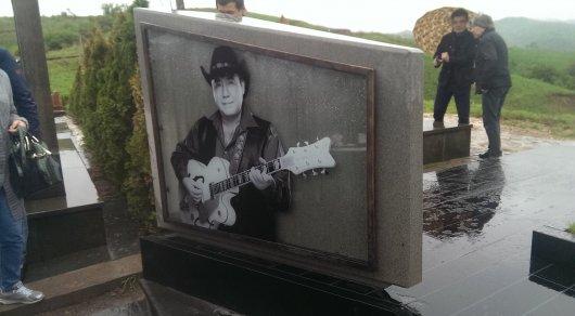 Памятник в годовщину смерти Булата Сыздыкова открыли в Алматы