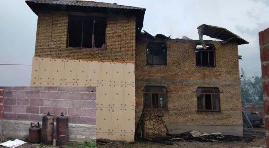 Полицейские вынесли из горящего в Алматы коттеджа чудом не взорвавшиеся газбаллоны