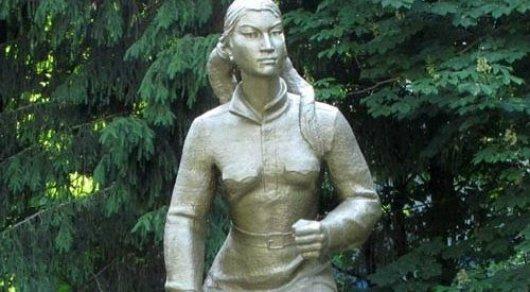 Неизвестные осквернили памятник Маншук Маметовой в городе, за который она погибла