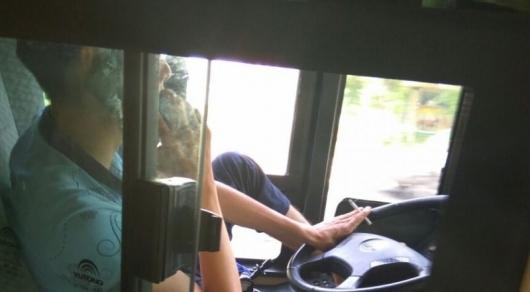 Курившего и говорившего по телефону за рулем водителя автобуса уволят в Алматы