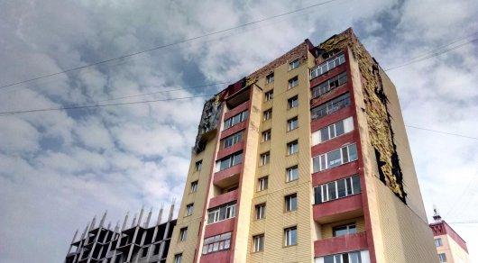 Ветер сорвал облицовку дома в Караганде: пострадало три авто
