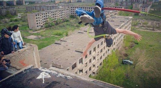 Экстремальный прыжок 26-летнего парня с высотки шокировал карагандинцев