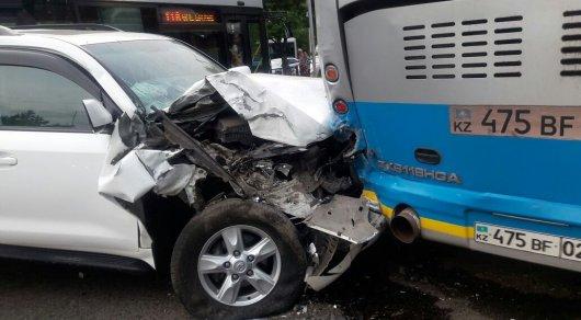 В Алматы Land Cruiser врезался в автобус: Пострадали женщина и ребенок