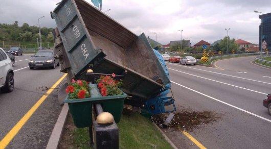 ДТП на ВОАД в Алматы: грузовик врезался в железное ограждение