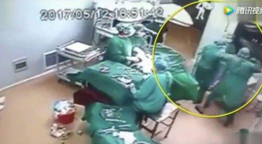 Хирурги подрались во время операции в Китае