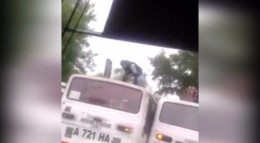 В Алматы пассажиров высаживали через люк на крыше автобуса