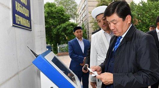 Байбек протестировал терминалы для пожертвований в Центральной мечети Алматы