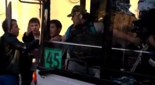 Водители автобусов подрались из-за пассажиров в Караганде
