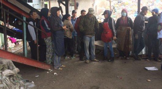 Около 30 нелегалов из Узбекистана жили и работали в мусорном цехе в Алматы
