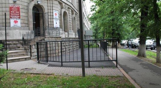 В Алматы начали сносить заборы и облагораживать пешеходные зоны