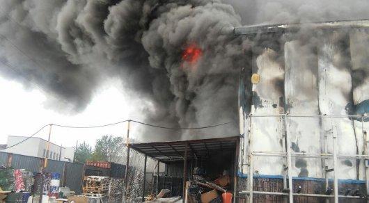 Двухэтажный автокомплекс сгорел в Караганде