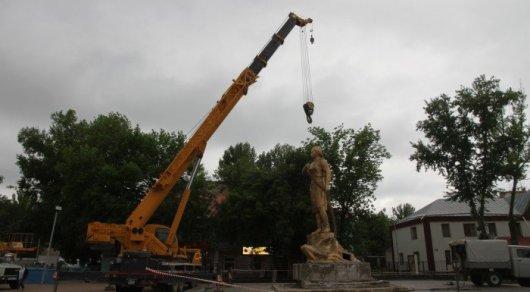 Под памятником Маншук Маметовой нашли записку из прошлого века