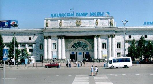 В Алматы ищут родных мужчины с ребенком, которому стало плохо около вокзала
