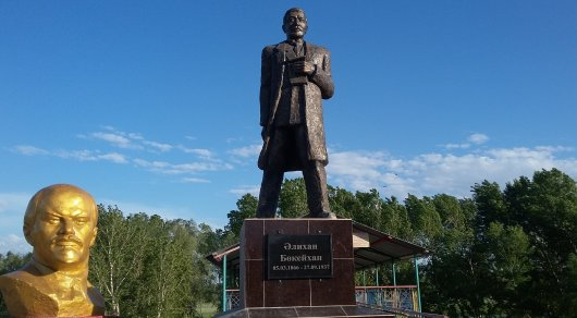 Тракторист из Семея за свой счет установил памятник Алихану Букейханову