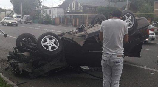 Водитель BMW сбил столб и перевернулся в Алматы