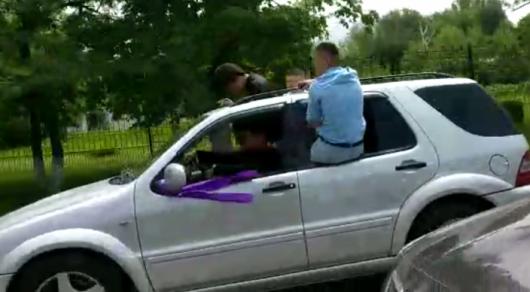Участников кортежа выпускников на проспекте Аль-Фараби в Алматы наказали полицейские