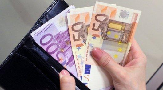 Среди казахстанцев повысился спрос на покупку евро