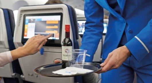 Пьяную пассажирку самолета примотали скотчем к сиденью