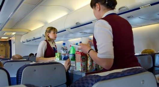 Стюардессы назвали напиток, который лучше никогда не заказывать в самолете