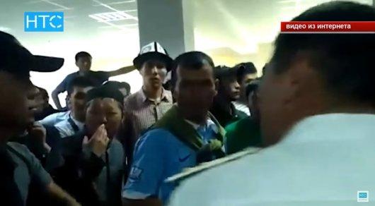 Жители кыргызского города заставили иностранных студентов на коленях просить прощения