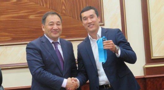 Адильбеку Ниязымбетову вручили ключи от квартиры в Актау
