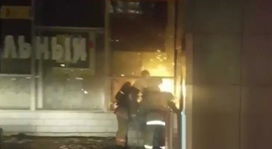 Сильный пожар охватил магазин