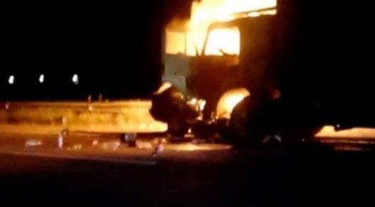 Два человека сгорели при лобовом столкновении легковушки и фуры на трассе Алматы - Бишкек
