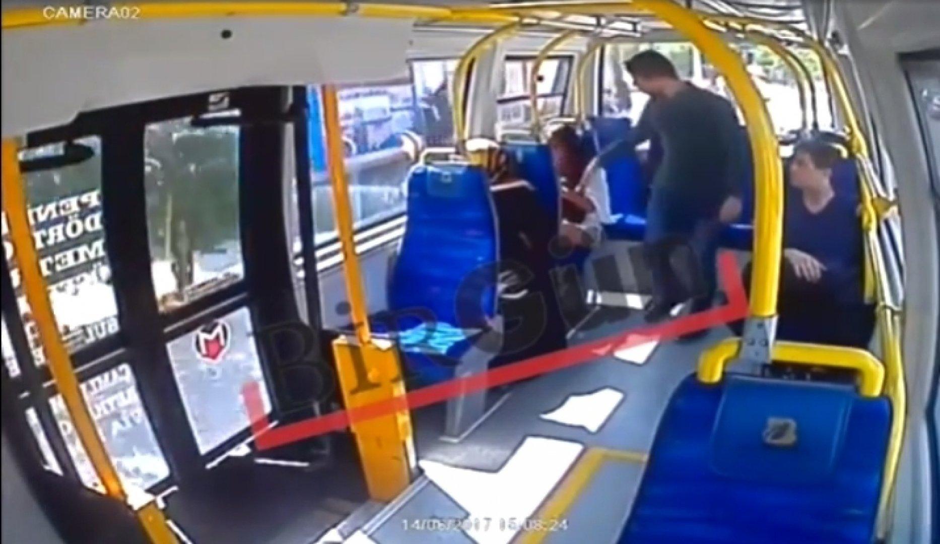 Трогают баб в автобусе