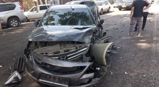 Лобовое столкновение двух авто в Алматы: Пострадал пассажир