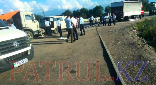 Навыезде изАлматы фургон насмерть сбил сотрудника СОБРа