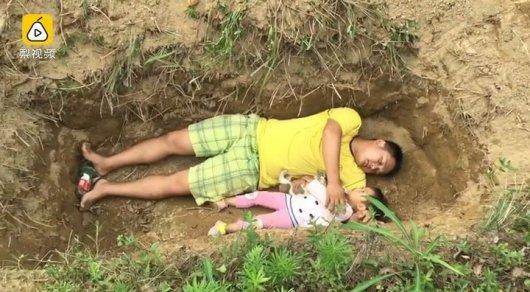 Китаец готовит больную 2-летнюю дочь к смерти играми в могиле