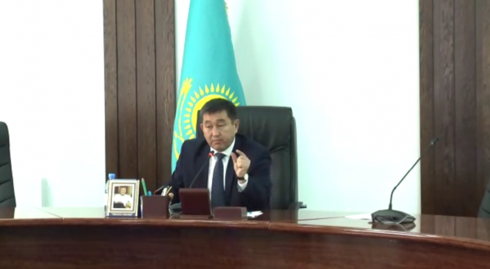 Подравшийся чиновник из Талдыкоргана стал героем очередного скандального ролика
