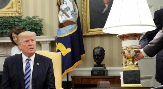 Трампа едва успели спасти от падающей лампы